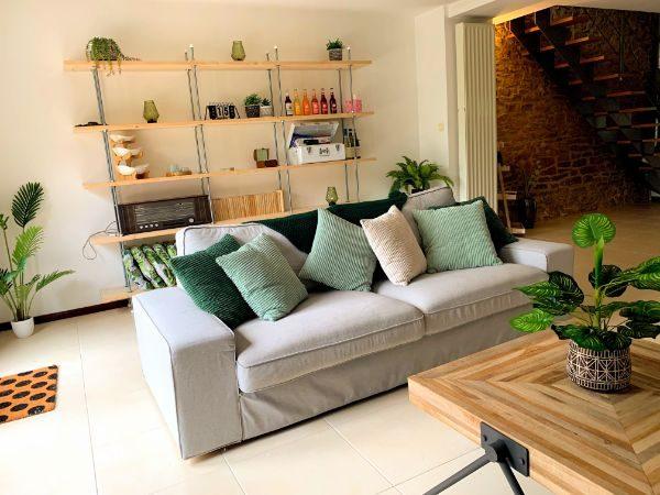 gezellige leefruimte met radio, tv en leeshoek op het gelijkvloers