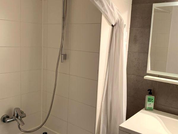Kleine badkamer met zitbad en douche