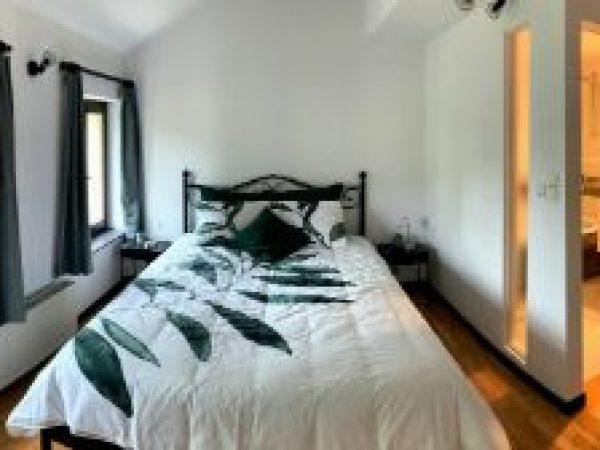 Slaapkamer met bed van 160 x 220 en badkamer